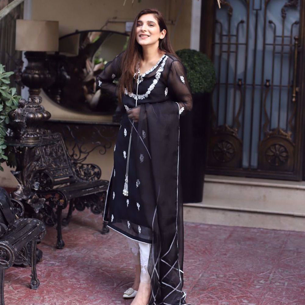 Picture of Zainab Reza redefining contemporary grace in an alluring Black Aurora kurta!